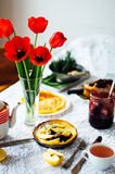 堆薄煎饼用红色樱桃果酱 薄煎饼withcherry果酱 库存图片