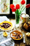 堆薄煎饼用红色樱桃果酱 薄煎饼withcherry果酱 库存照片