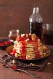 堆薄煎饼用草莓酱和核桃 鲜美的点心 免版税库存照片
