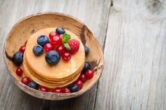 堆薄煎饼用蓝莓和新鲜的莓果 免版税库存照片