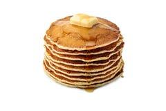 堆薄煎饼用黄油和枫蜜在白色 免版税库存图片