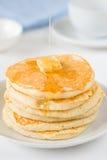 堆薄煎饼用黄油和蜂蜜 免版税库存照片