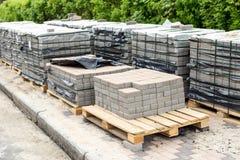 堆行在木基地的灰色路面平板 具体石铺路薄片石 查出在白色 库存照片