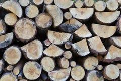 堆被剪切的木头 免版税库存图片