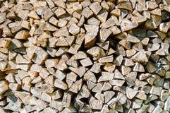 堆被堆积的木柴为壁炉和锅炉,纹理木背景做准备 库存图片