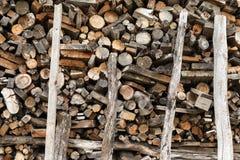 堆被堆积的木柴 冬天季节的准备 乌克兰 免版税图库摄影