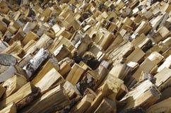 堆被堆积的木柴为壁炉和锅炉做准备 免版税库存图片