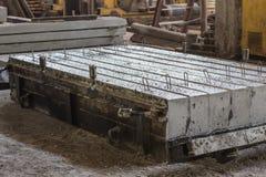 堆被已造形的钢筋混凝土平板在住宅建筑物工厂车间 免版税库存照片