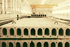 堆被已造形的钢筋混凝土平板在工厂车间 图库摄影
