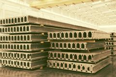 堆被已造形的钢筋混凝土平板在工厂车间 免版税库存图片