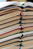 堆被打开的旧书和铅笔,垂直 免版税库存图片