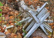 堆被放弃的十字架在公墓在海沃德,威斯康辛 库存图片
