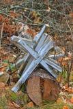 堆被放弃的十字架在公墓在海沃德,威斯康辛 免版税库存图片