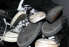 堆被用完的运动鞋 库存照片