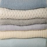 堆被编织的衣裳毛线衣,围巾,套头衫蓝色, whi 库存照片