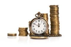 堆被隔绝的金币和秒表 免版税库存图片