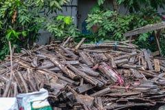 堆裂片,木材,scantling在房子附近 库存照片