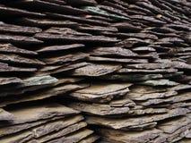 堆褐红的石板材是伯根地颜色 库存照片