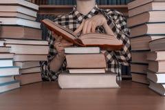 堆许多书前面人 免版税库存图片