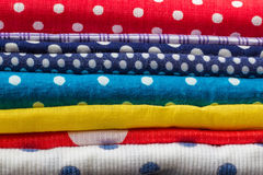 堆许多另外五颜六色的织品墙纸 免版税库存图片