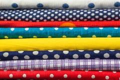 堆许多另外五颜六色的织品墙纸 免版税库存照片