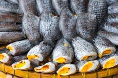 堆许多咸干Pla Salid用在篮子的鸡蛋 免版税图库摄影