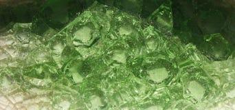 堆许多绿色鲜绿色水晶,绿色背景,从深绿的转折的特写镜头与鲜绿色 库存图片
