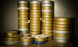 堆许多35 mm影片箱子在仓库里 免版税库存照片