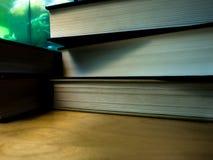 堆课本显示上面或底部边 免版税库存照片