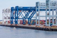 堆货物在波士顿港口 库存图片