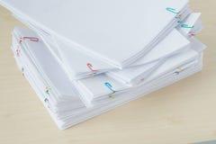 堆超载文书工作和报告与五颜六色的纸夹 库存图片