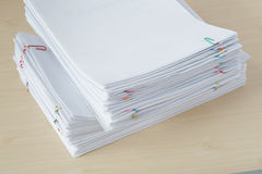 堆超载纸和报告与五颜六色的纸夹 免版税库存照片