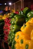 堆辣椒的果实在市场上 免版税库存照片