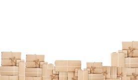 堆邮包箱子,隔绝在与拷贝空间的白色背景 免版税库存图片