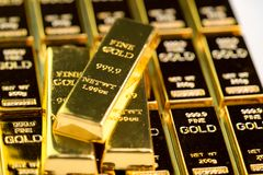 堆金制马上的齿龈金块锭,危机避难所的投资国家经济的财产投资的或储备 库存图片