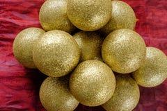 堆金子圣诞节中看不中用的物品 免版税库存照片