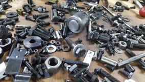 堆金属化分散的螺丝 免版税库存照片