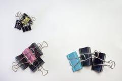 堆金属纸的黏合剂夹子 不同的范围 免版税库存图片