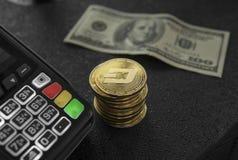 堆金破折号硬币和POS终端 Bitcoins cryptocurrency 电子商务,事务,财务概念,银行业务和 免版税库存图片