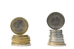 堆金钱欧元和兹罗提硬币。货币兑换率比较 免版税库存图片