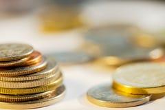 堆金黄和银币 免版税图库摄影