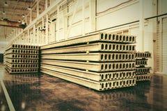 堆钢筋混凝土平板在住宅建筑物工厂 库存照片