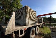 堆钢筋混凝土平板在卡车装载了 免版税库存照片