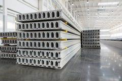 堆钢筋混凝土平板在工厂车间 免版税库存图片