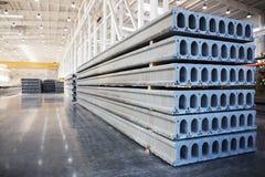 堆钢筋混凝土平板在工厂车间 免版税库存照片
