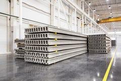 堆钢筋混凝土平板在工厂车间 库存图片