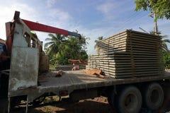 堆钢筋混凝土平板在建筑的卡车装载了 免版税图库摄影