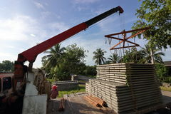堆钢筋混凝土平板在建筑的卡车装载了 免版税库存照片