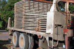 堆钢筋混凝土平板在建筑的,侧视图卡车装载了 免版税图库摄影