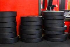 堆铁在健身房的圆盘重量 免版税库存照片